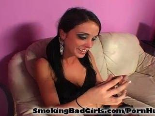 롤리팝을 빠는 동안 십대 담배 피우다.