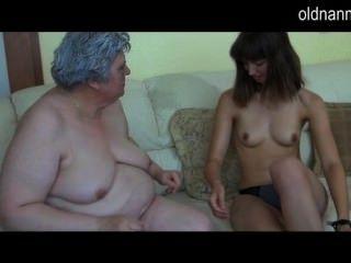 마른 여자와 놀고 오래 된 거 대 한 할머니
