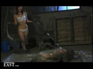 femdom은 그녀의 일본 여성 섹스 노예를 진흙 목욕에 넣고 괴롭혔다.