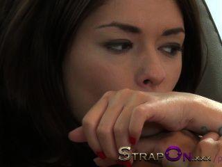 사랑스러운 자연 latina 레즈비언에 의해 좆된 strapon 꽉 유럽 소녀