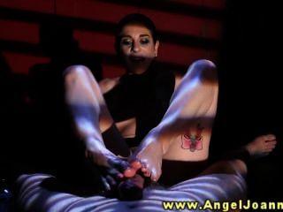 천사 여호나나가 그녀의 발로 그를 주저합니다.