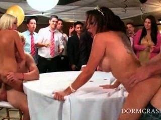 댄스 파티에서 대학의 샤프트를 점프하는 야생의 slutty pornstars