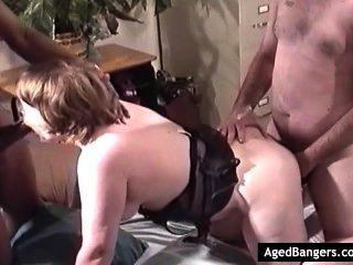 매춘부 엄마는 그녀의 모든 구멍에 수탉을 원하고 동시에 그것을 얻습니다.