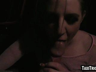 맛있는 bruentte 베이비가 그녀의 택시 기사에 의해 범해진다.