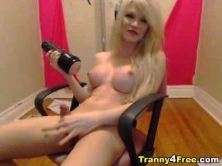 거유 한 뜨거운 금발 tranny는 그녀의 자신의 정액을 핥는다.