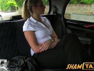 소녀는 택시 운전수의 찢어지고 그녀의 성기와 지불해야한다!