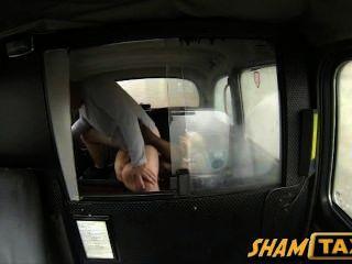 금발의 유부녀가 택시 타기 중 정액으로 덮인 털이 많은 보지를 얻습니다.