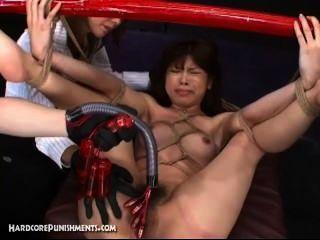 일본의 성 노예가 대나무 장대에 묶여 기계로 열심히 잤다.