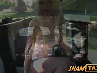 택시 운전사는 그의 차 뒷좌석에서 그의 전 여자 친구를 엉덩이로 묶습니다.