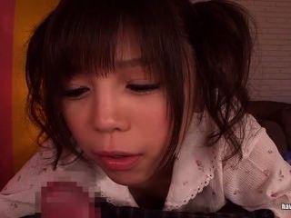 땋은 머리에 아시아 귀염둥이가 주술을 준다.