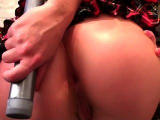 금발 여학생이 그녀의 엉덩이에 딜도 라구 딜을 넣습니다.