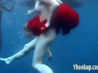 바다에서 스트립하는 3 명의 소녀 yhookup_c