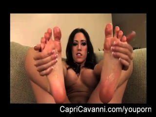 카프리 cavalli (cavanni) 오일과 그녀의 발을 빨아