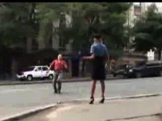 섹시한 경찰 여자는 그녀의 치마를 공개적으로 잃어 버렸다.
