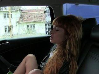 빨간 머리는 택시로 자위하고 성교한다.