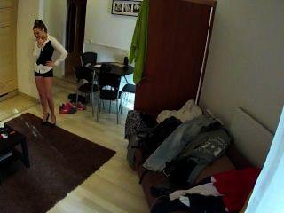 뜨거운 갈색 머리 하녀가 호텔 방에서 좆