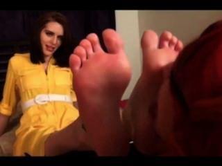 귀여운 레즈비언은 발을 숭배한다.