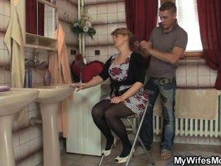 그의 아내는 떠난다. 그리고 그는 그녀의 뜨거운 엄마를 강타한다.