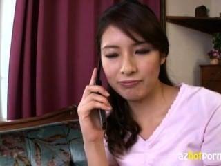 아름다운 키가 큰 아시아 숙녀가 너무 흥분입니다.