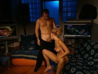 금발의 창녀 샌드라 마크가 엉덩이에 깊이 걸립니다