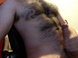 내 털이 많은 가슴에 엄청 큰 짐을 질 때까지 내 거대한 수탉을 경련.