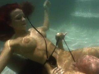 빨간 머리가 물속에서 입으로 주무른다.