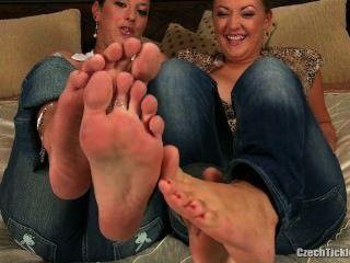소녀 2 발이 간질입니다.