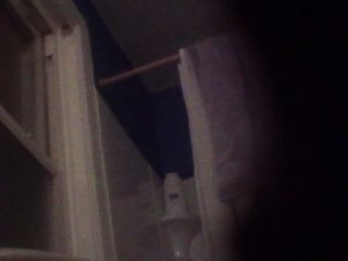 bj와 그녀의 딸이 욕실에서 비디오를 보면서