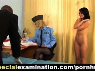 달콤한 젊은 갈색 머리 소녀 경찰에 의해 검사 의사
