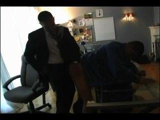 뜨거운 아빠가 소년 사무실에서 잤어.