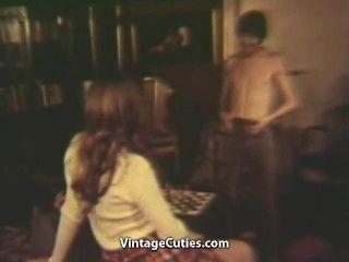 사춘기 소녀는 그녀의 털이 많은 성기를 치기 위하여 소년을 제안합니다