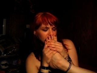 장난 꾸러기 인 빨간 머리는 그녀의 자신의 냄새 나는 발을 냄새 맡는다.