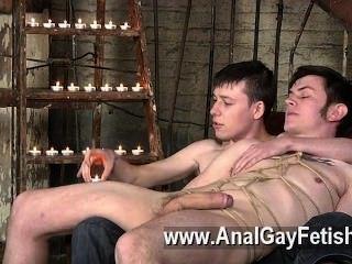 소파에 발길질하는 게이 클립, zacary는 거절 할 수 없다.