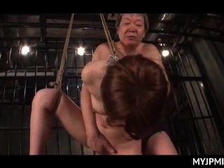 묶어 놓고 갇힌 일본인 알몸의 유부녀가 그녀의 틈에서 열심히 잤다.