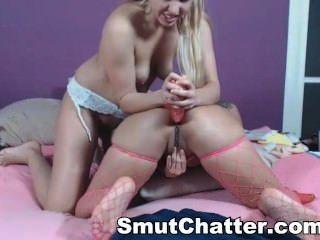 금발의 레즈비언은 그녀의 새끼를 웹 캠에 놀아주고
