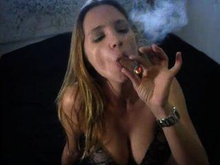 팬티에 섹시한 큰 시가 흡연