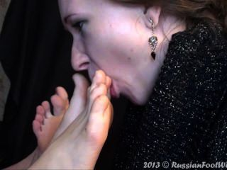 두 발을 핥는 소녀