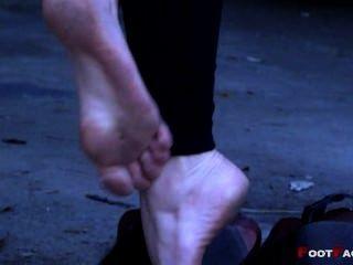 하이힐에 더러운 발