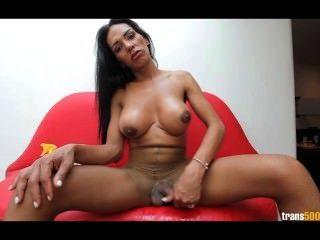 latina tranny stokes 그녀의 찢어진 팬티 스타킹에 거대한 수탉