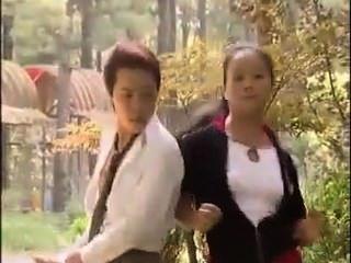 행운의 아시아 사람은 2 명의 소녀를 비명을 지르게한다.