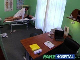 가짜 병원 의사의 거시기가 금발 머리 부상을 섹스 분출