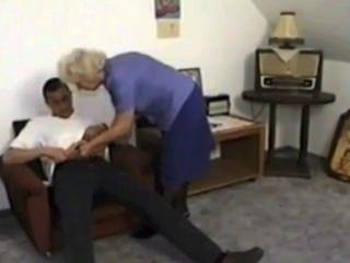 할머니는 satyriasiss에 의해 어린 소년으로부터 정액을 먹고 먹는다.