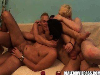 술 취한 그룹 섹스를하는 4 개의 흥분한 멍청이들.