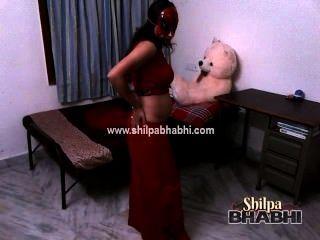 섹시한 shilpa bhabhi 인도 아내 빨간색 saree 스트립 벗은 섹스