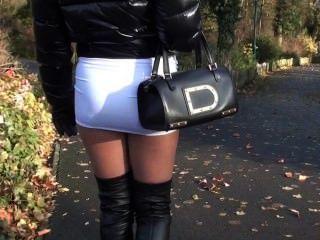 거리에서 걷고있는 julie skyhigh 사춘기 핫 미니 스커트 \u0026 overknee 가죽의 부츠