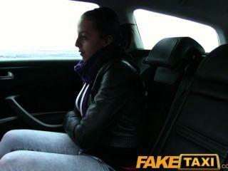 그녀의 속옷 차림으로 카메라에 잡힌 faketaxi