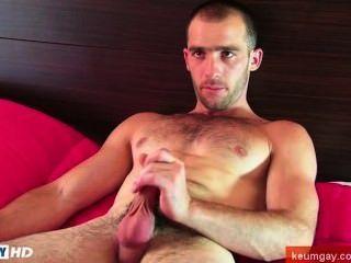 이 섹시한 str8slim 적합하지만 근육 남자는 남자에 의해 자신의 하드 수탉 wanked옵니다!