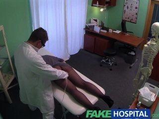 가짜 병원 g 반점 안마는 뜨거운 갈색 머리 환자 젖은 얻는다