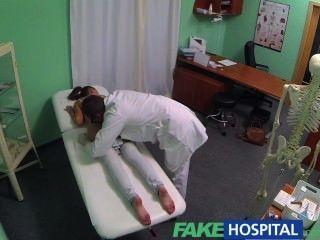 가짜 병원 애벌레 갈색 머리 사춘기가 의사 사무실에 돌아왔다.