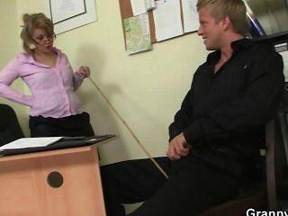 사무실 숙녀는 머리를주고 좆되다.